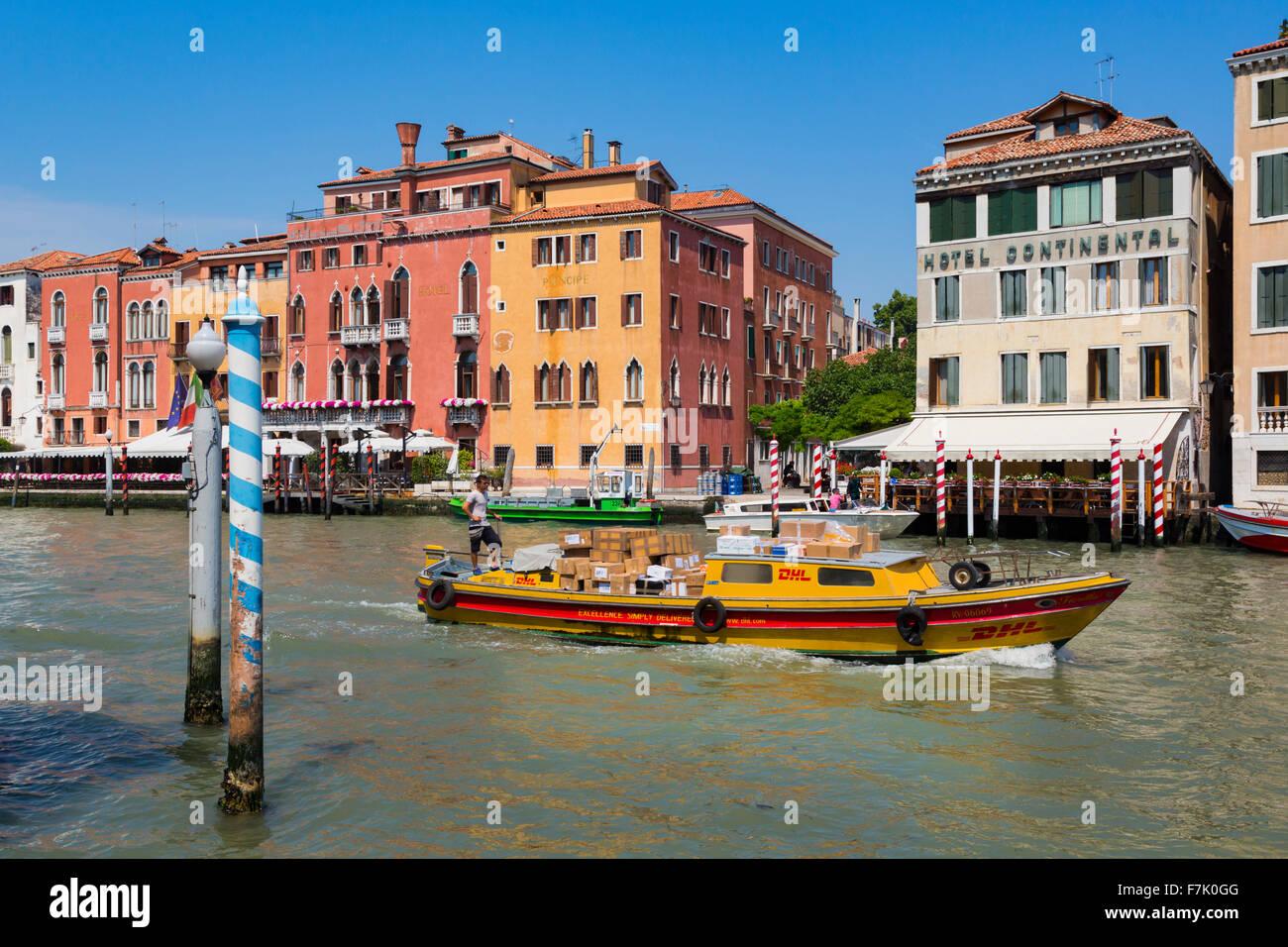 Venise, Italie. Un bateau chargé de courrier DHL pour la livraison des paquets avec des moteurs, le long du Photo Stock