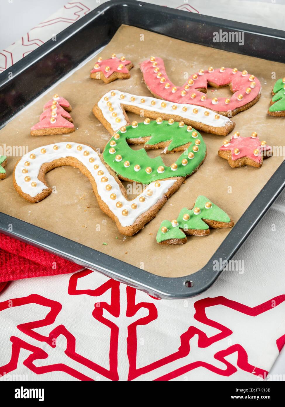 Home-made gingerbread cookies en forme de nouveaux chiffres de l'année 2016 sur la plaque de cuisson Photo Stock
