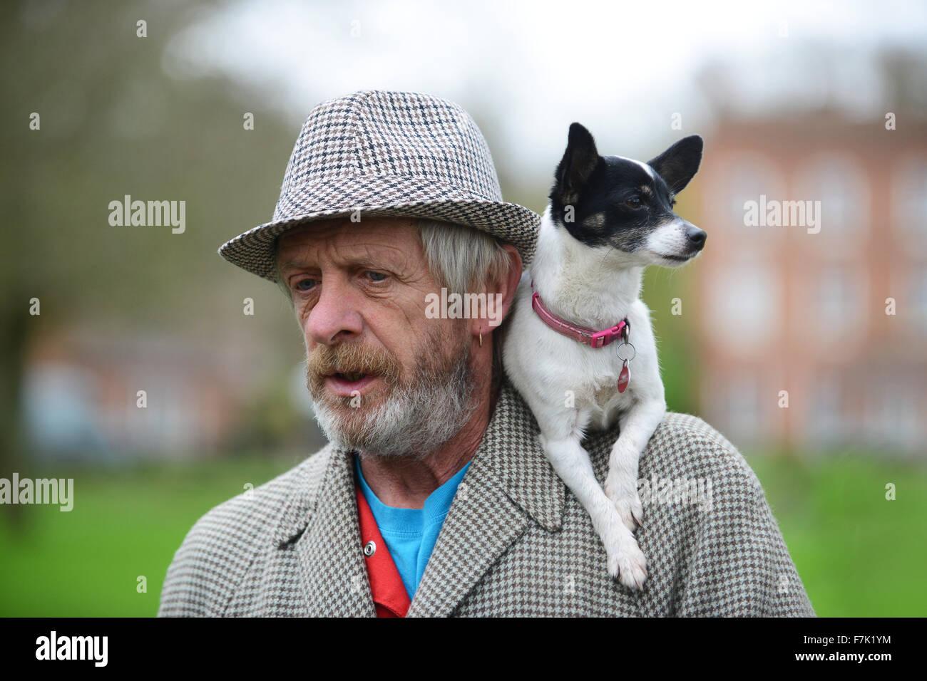 L Homme Avec Son Chien Sur Son Epaule Droles Humour Animaux Fun Photo Stock Alamy