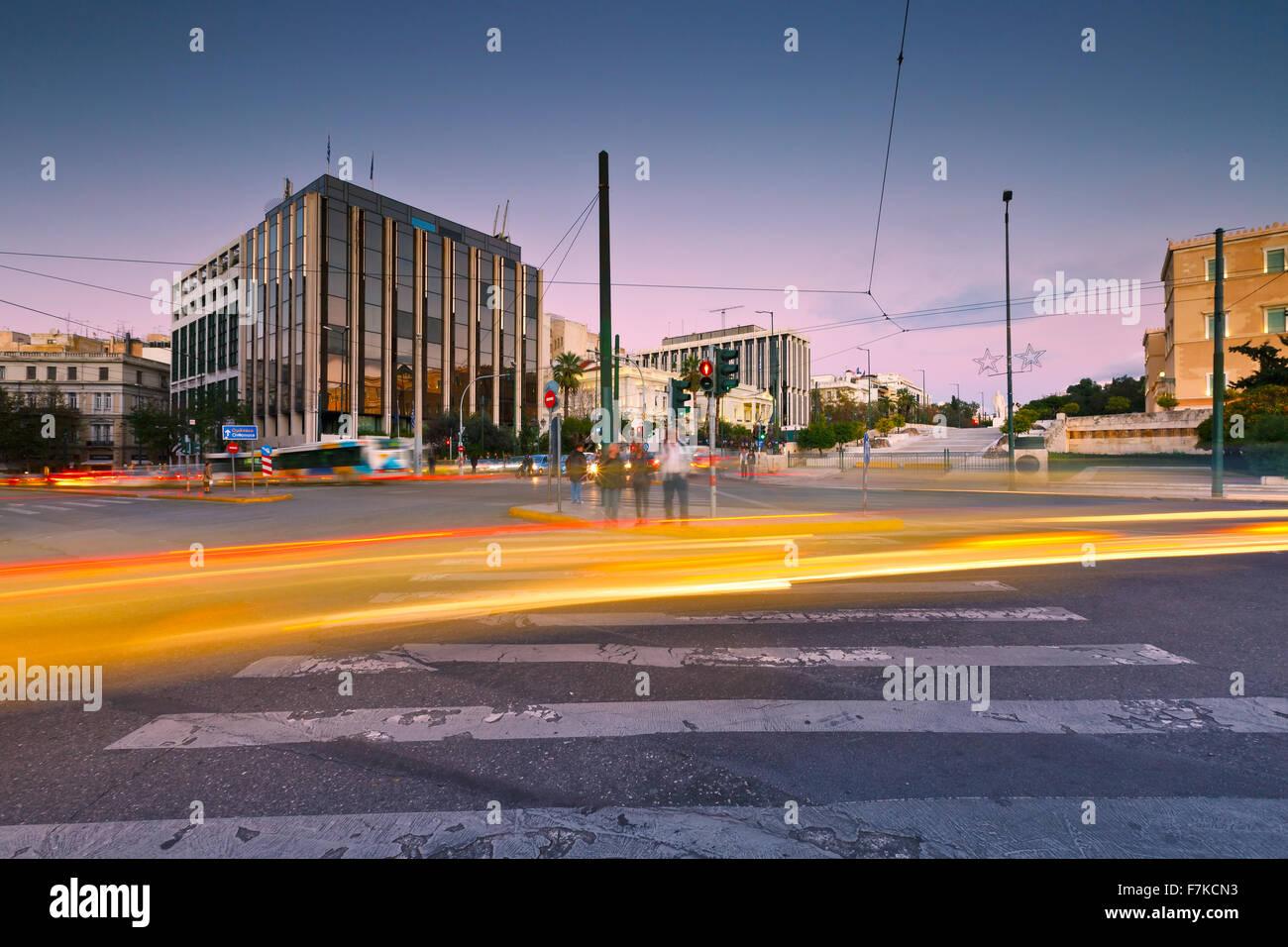 Carrefour et le trafic de la place Syntagma dans le centre d'Athènes Photo Stock