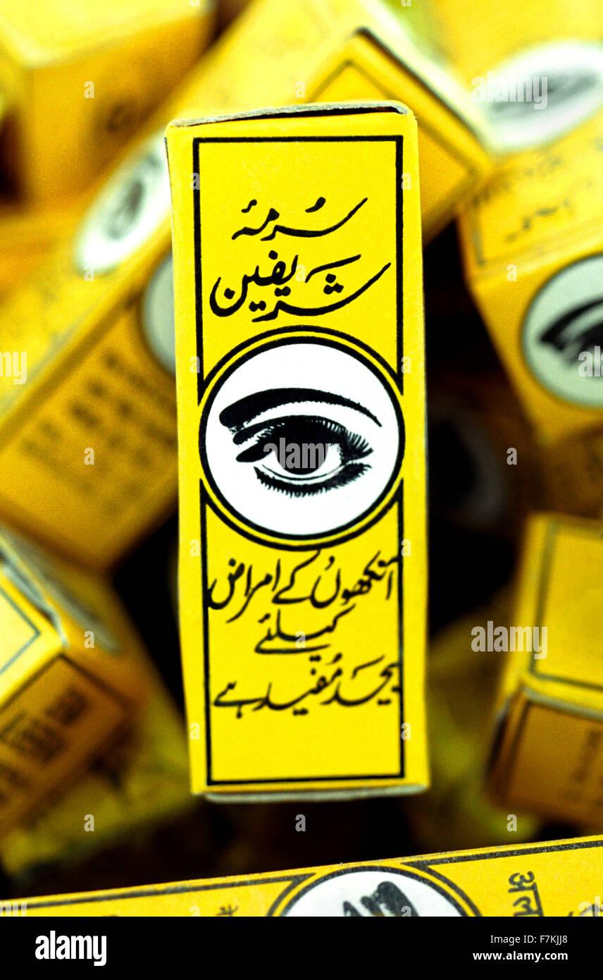 Une boîte d'eye liner noir sur un marché à Tozeur, Tunisie. L'Afrique du Nord. Photo Stock