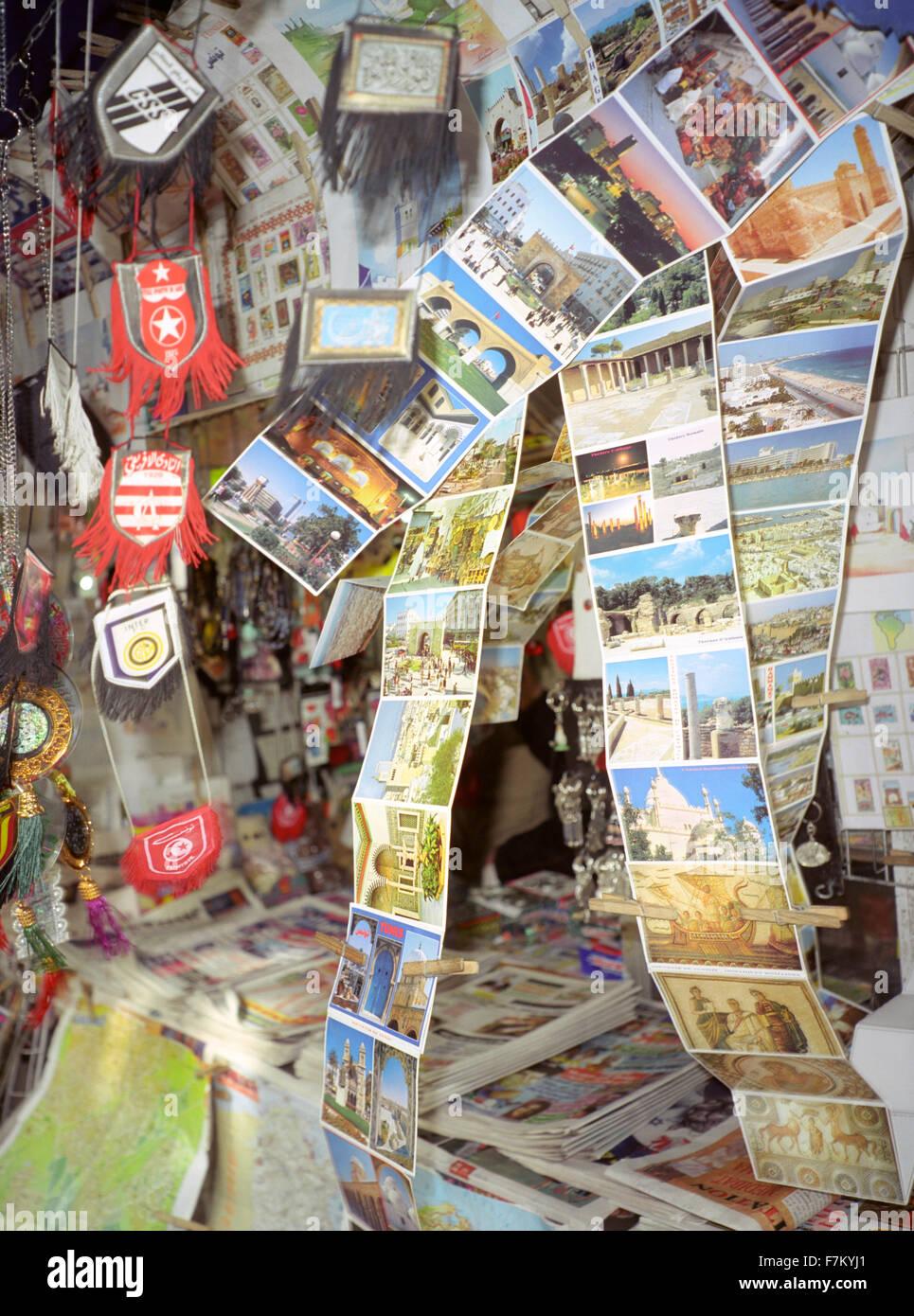 Cartes postales touristiques soufflent dans le vent à un kiosque à Tunis, Tunisie, Afrique du Nord Photo Stock