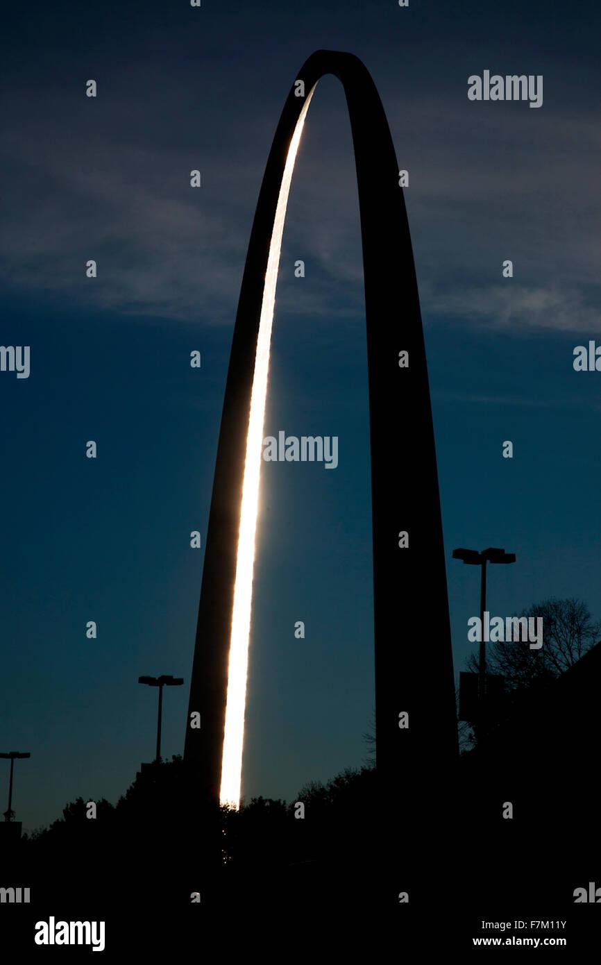 """Le coucher du soleil se reflète sur la majestueuse Gateway Arch, le Jefferson National Expansion Memorial, la """"Porte Banque D'Images"""