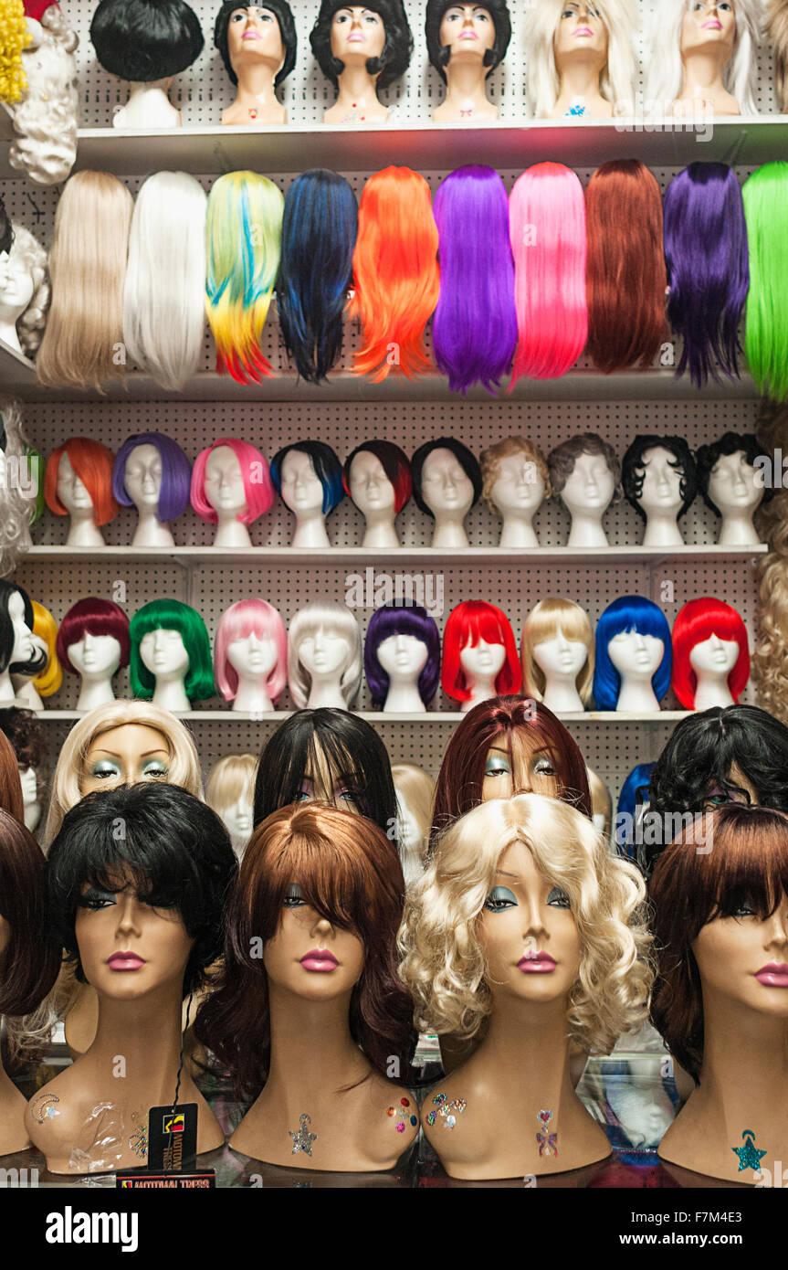 Un assortiment de perruques sur l'affichage à Manhattan. Photo Stock