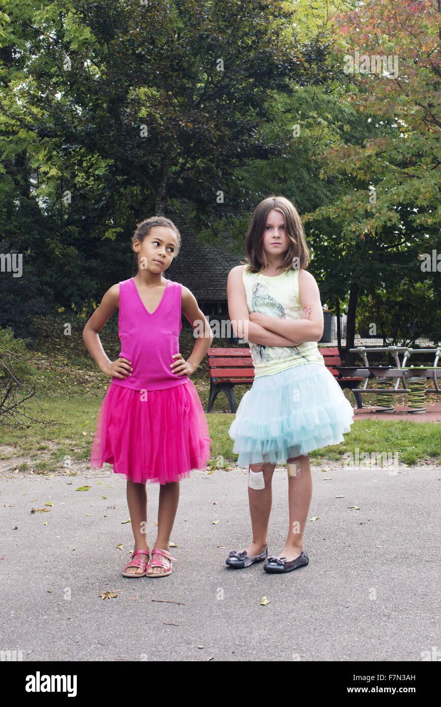 50ac14143 Les filles habillées en tutus avec expression difficiles sur des ...