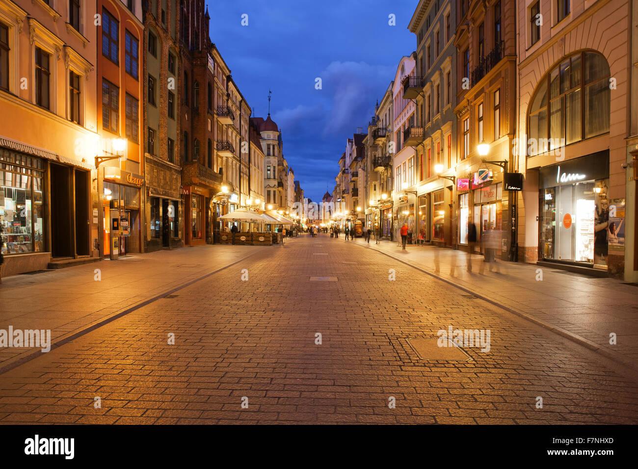 Pologne, Torun, vue de la rue Szeroka au crépuscule du soir Banque D'Images