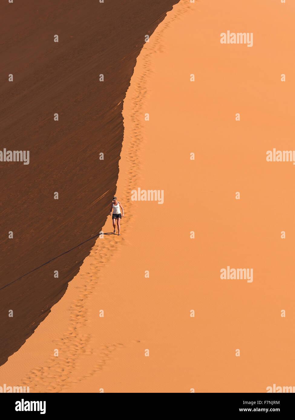 L'Afrique, la Namibie Sossusvlei, femme, randonnée dans les dunes de sable Banque D'Images
