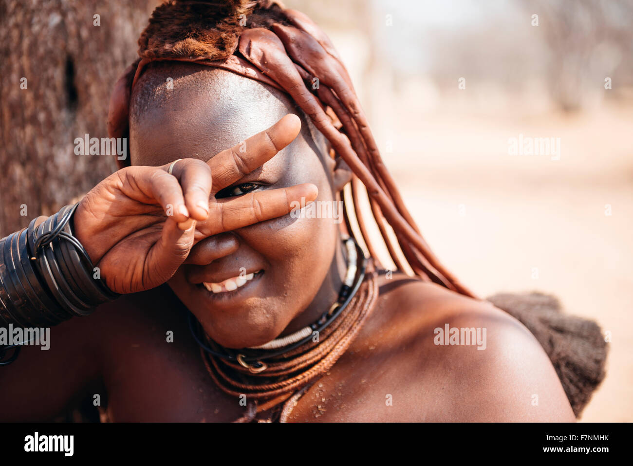 La Namibie, Damaraland, portrait of smiling woman making Himba victoire Banque D'Images