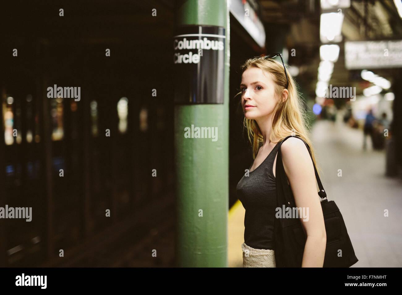 USA, New York City, jeune femme dans le métro à Manhattan Banque D'Images