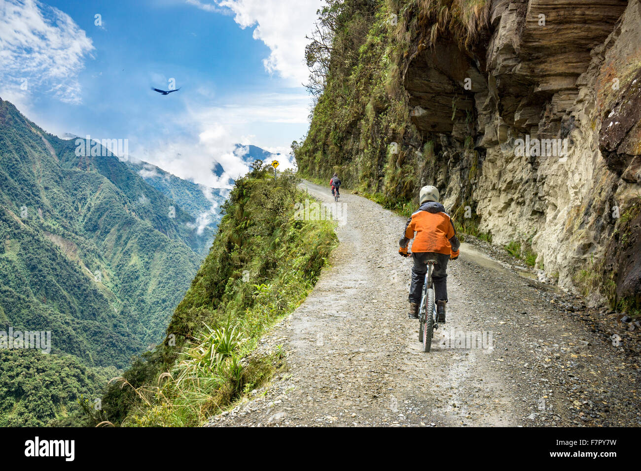 """Bike adventure travel photo. Les touristes à vélo sur la """"route de la mort"""" de la voie de descente Photo Stock"""