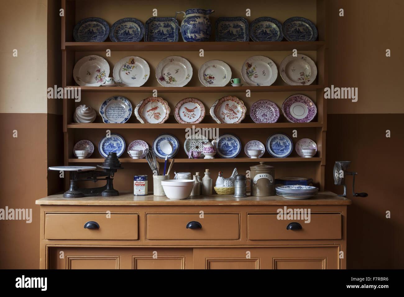 Le Vaisselier avec vaisselle et ustensiles de cuisine affiche sur le vaisselier de