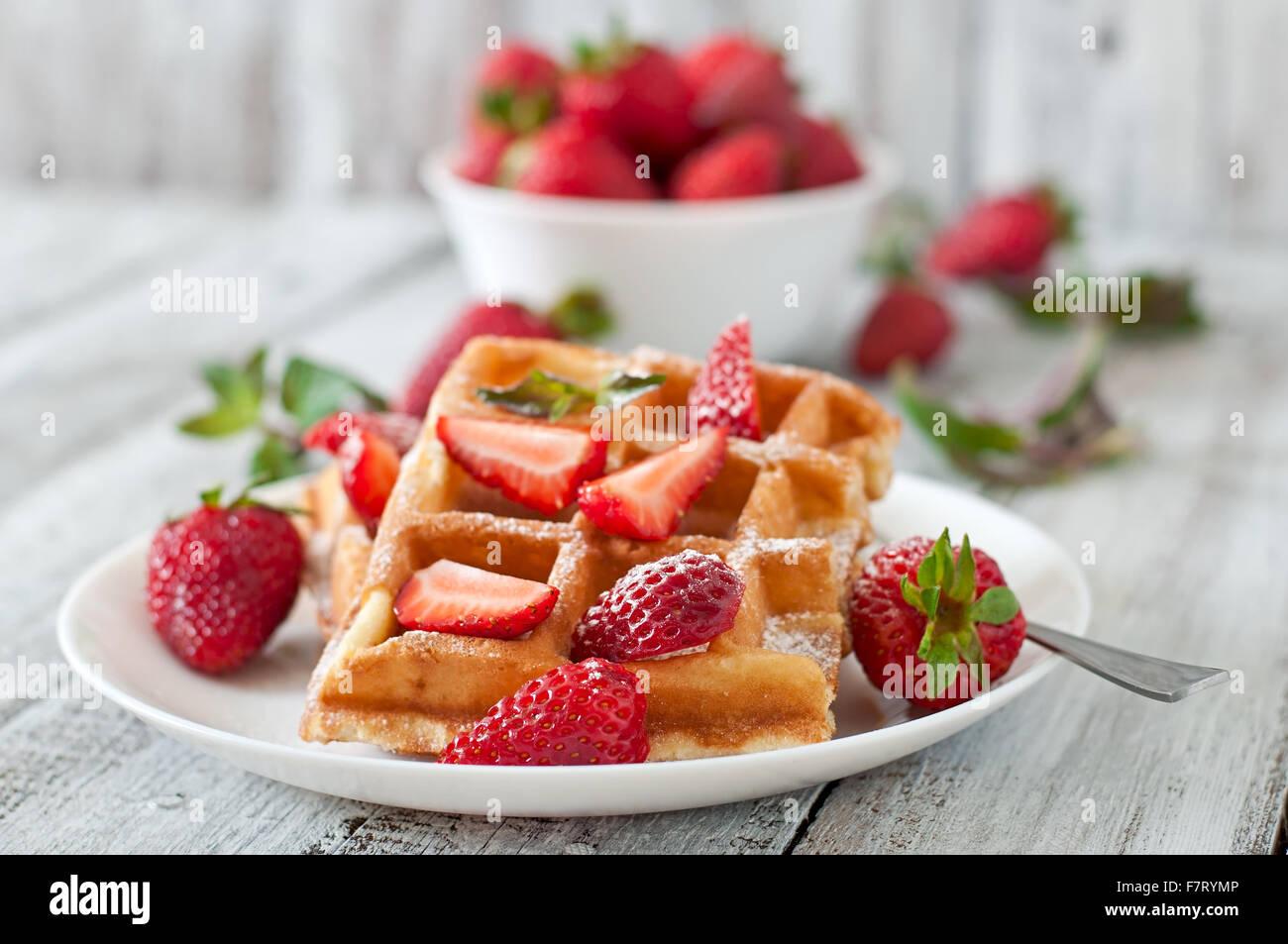 Belgique gaufres aux fraises et menthe sur plaque blanche. Photo Stock