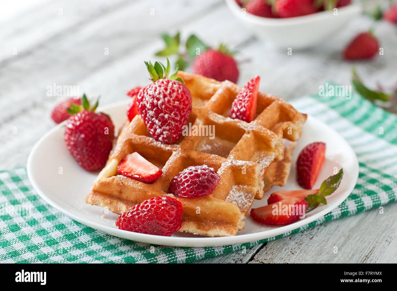 Belgique gaufres aux fraises et menthe on white plate Photo Stock