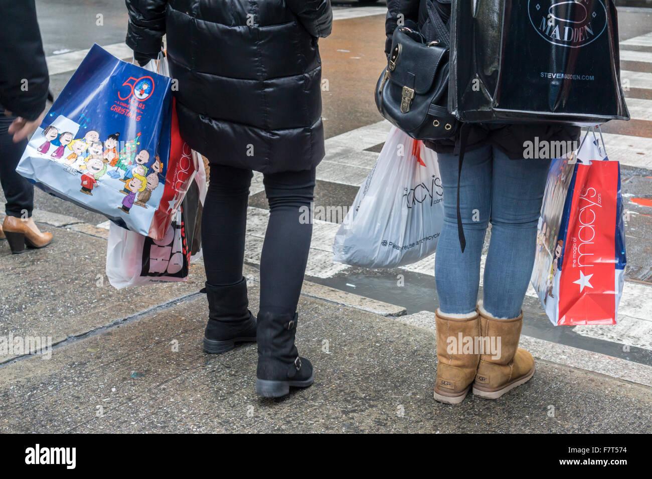 Les consommateurs et leurs achats sur la Cinquième Avenue à New York le mardi, 1 décembre 2015. (© Photo Stock
