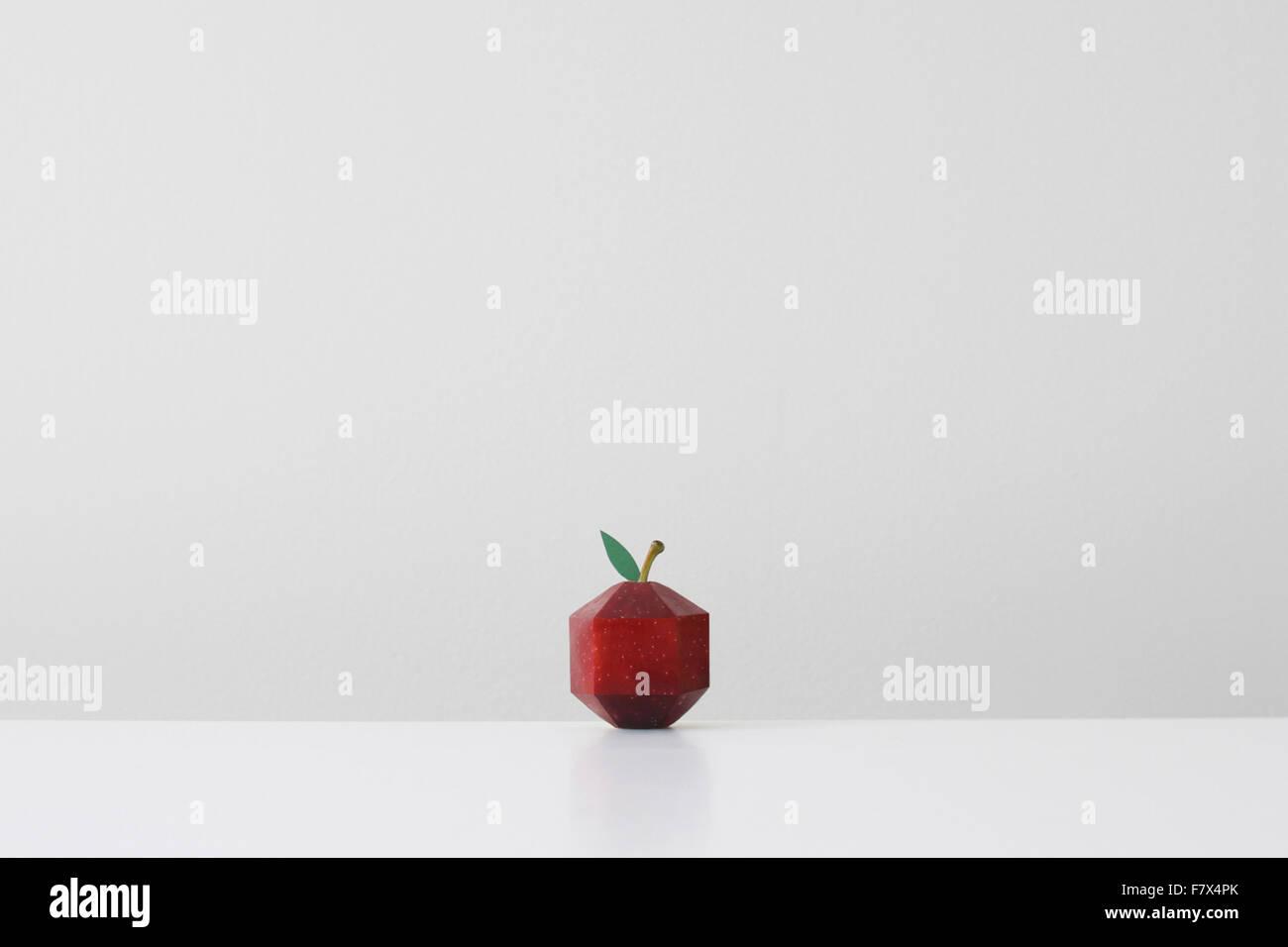 Pomme Rouge conçu en imitant la forme géométrique origami papier Photo Stock