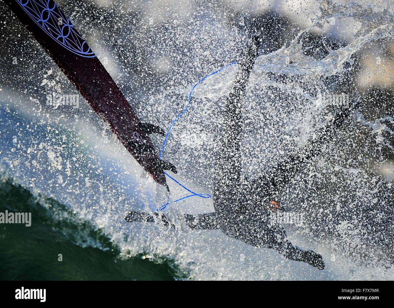Vladivostok, Russie. 19Th Mar, 2015. Un internaute tombe un surf alors qu'il tente de monter une vague à Photo Stock