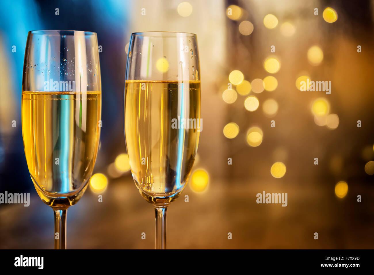 Image de deux verres de champagne avec feux de flou en arrière-plan Photo Stock