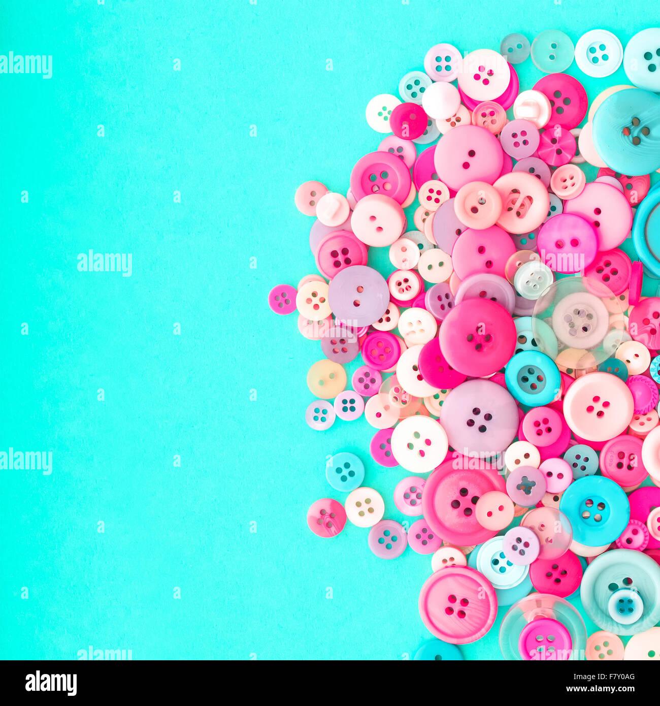 Collection de boutons à coudre colorés sur fond turquoise rétro with Copy Space Photo Stock