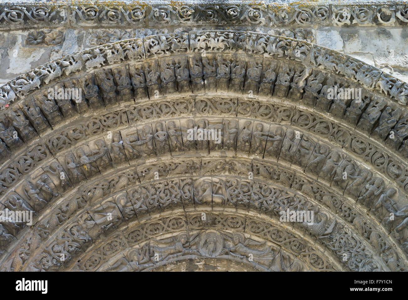La sculpture décorative en pierre au-dessus de la porte d'entrée de l'Abbaye aux Dames, Saintes, Photo Stock