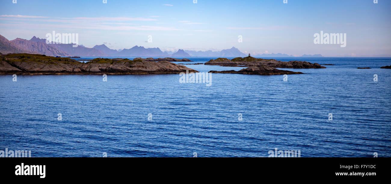 Des pierres à l'entrée de Reine port avec les montagnes de l'Est de l'îles Lofoten en Photo Stock