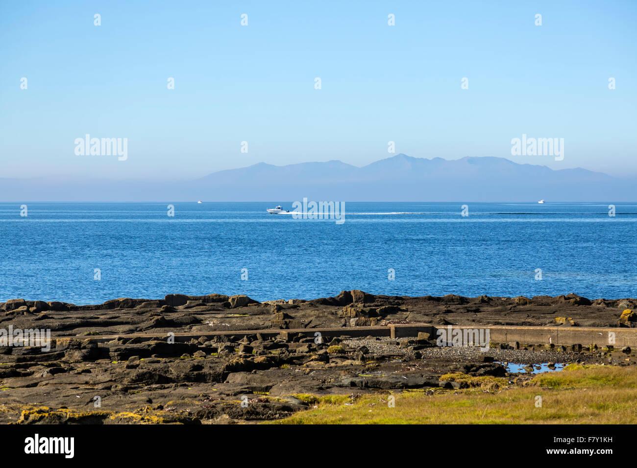 Hors-bord sur le Firth de Clyde avec l'île d'Arran en arrière-plan, Ayrshire, Écosse, Royaume-Uni Banque D'Images