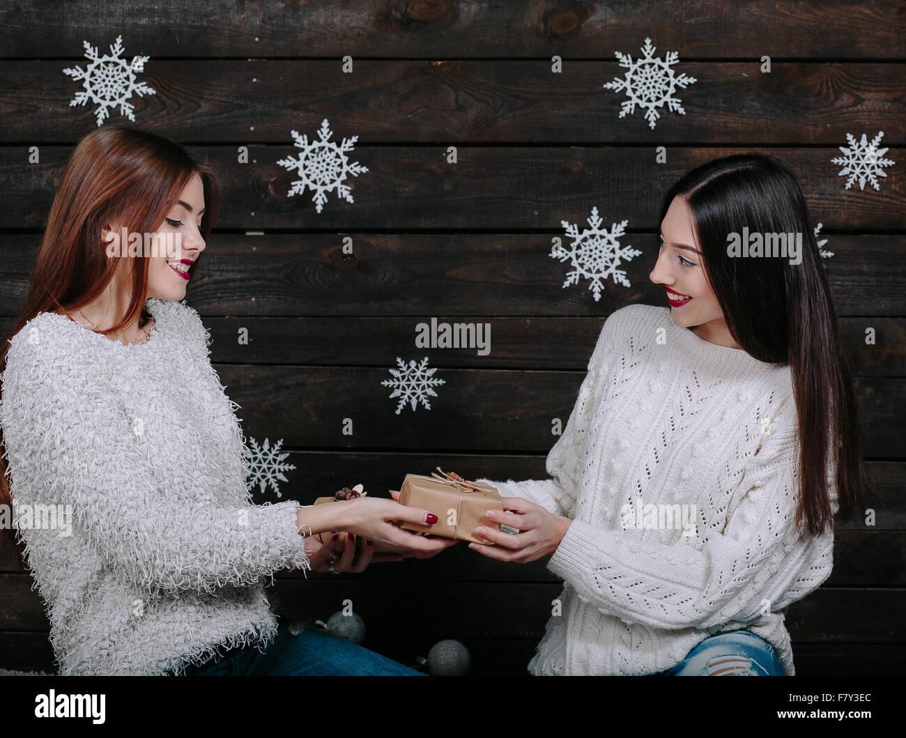 Deux belles filles déballer des cadeaux Photo Stock