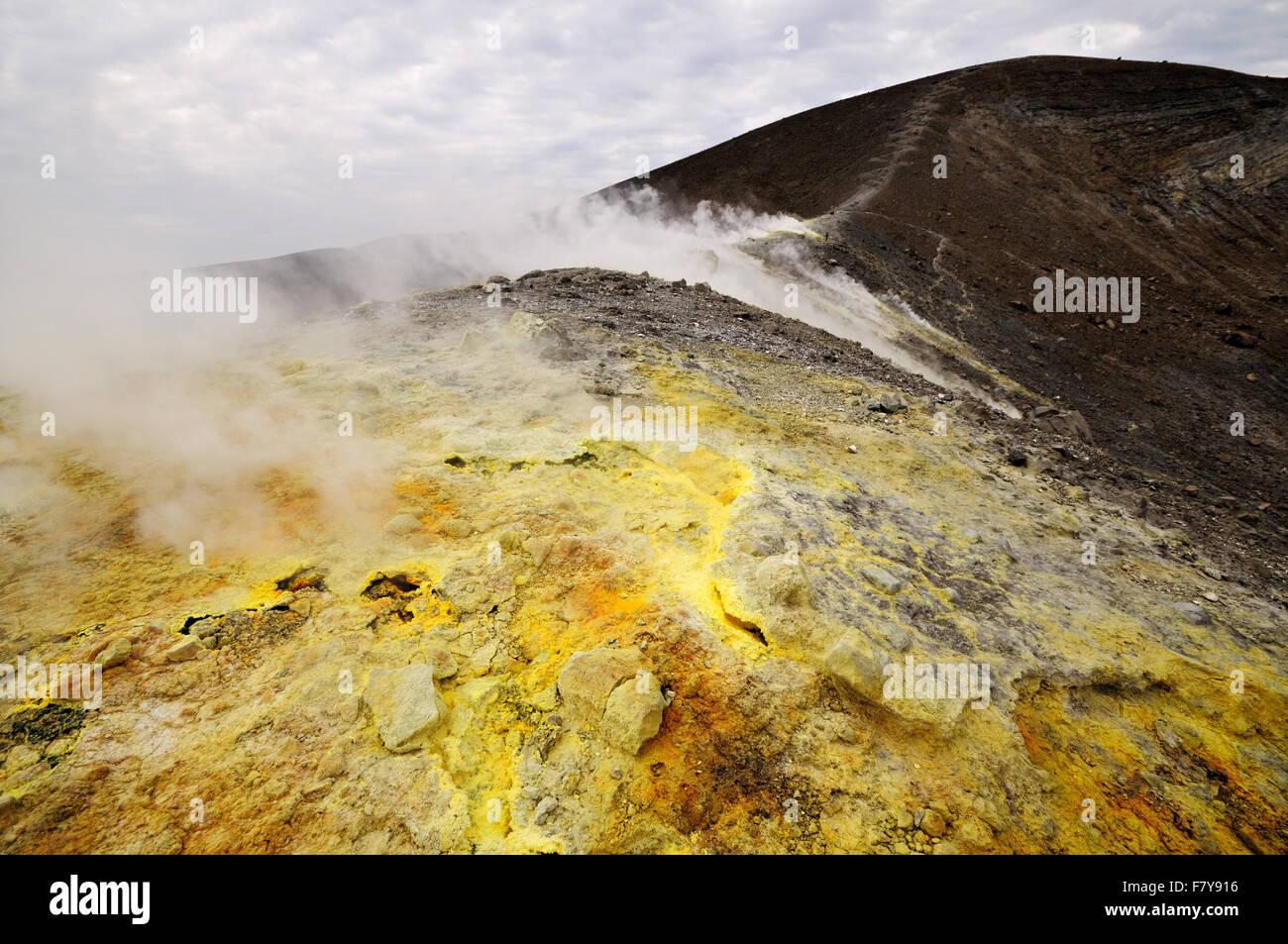 Les fumerolles et le soufre dans le cratère actif (Gran Cratere) de Vulcano, Iles Eoliennes, Sicile, Italie Photo Stock