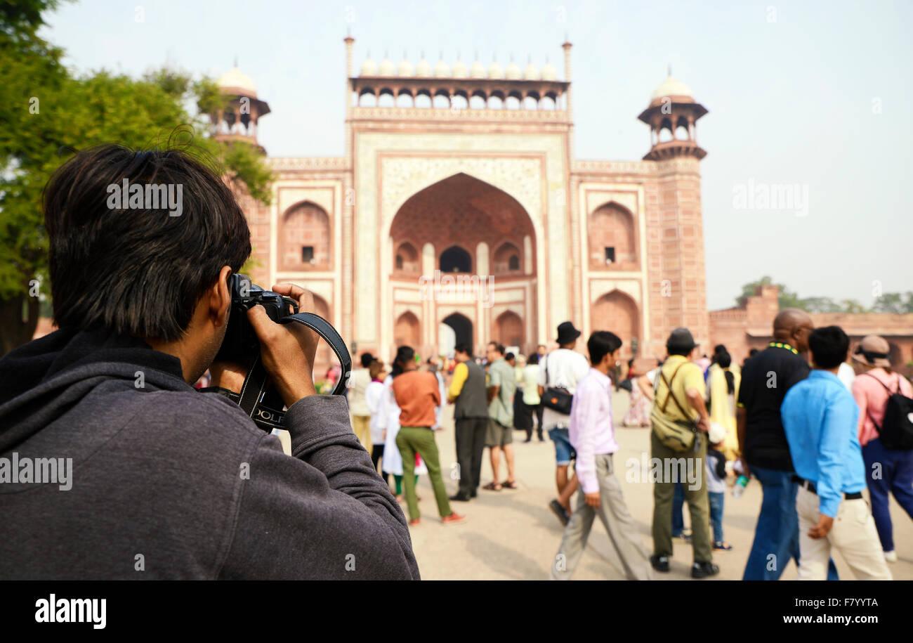 Photographe de tourisme de prendre la photo de porte d'entrée du Taj Mahal Photo Stock