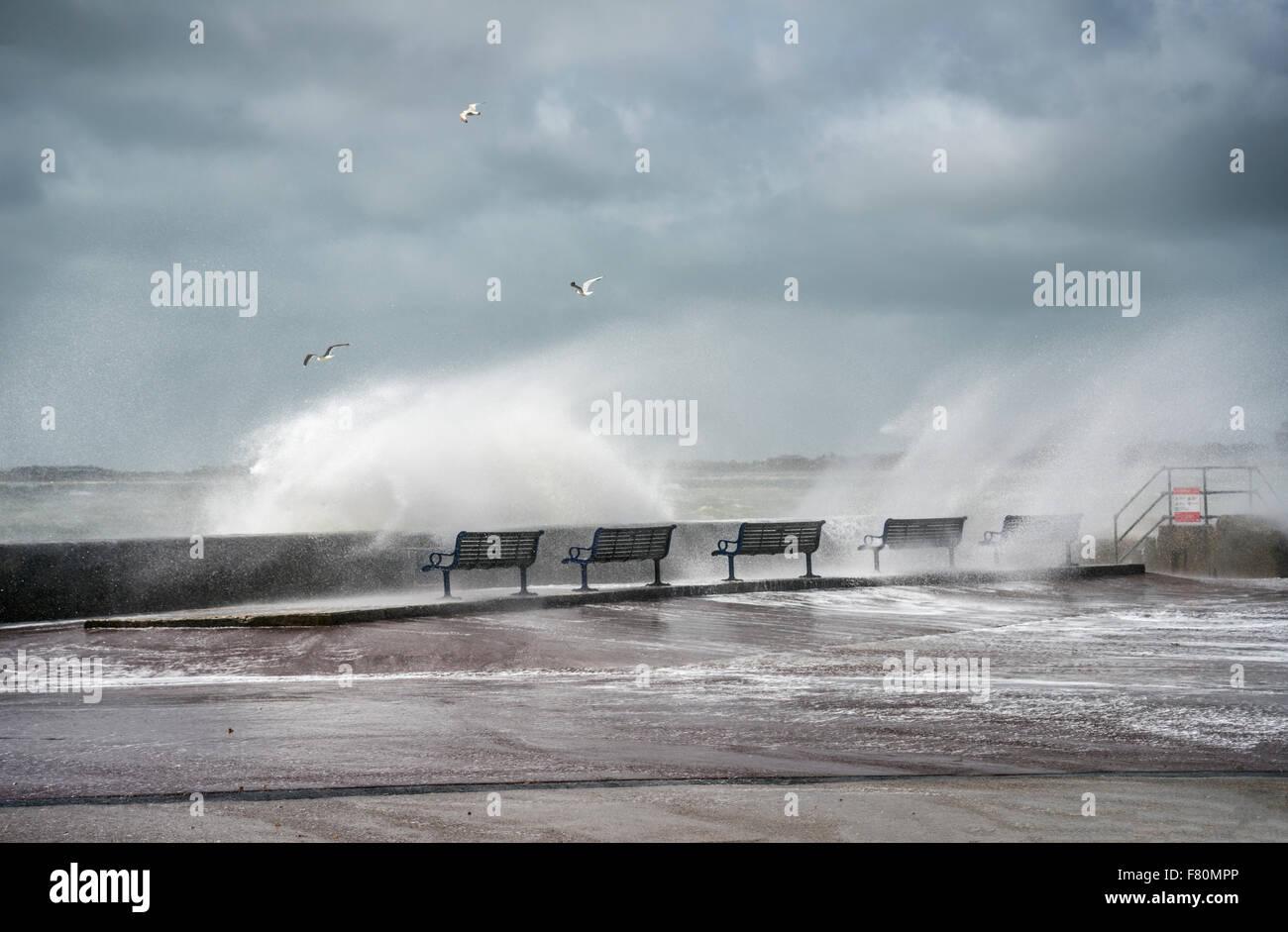 Le temps orageux au Porthmouth Harbour Parade, Hampshire, England, United Kingdom | Stuermisches Wetter an der Hafenpromenade Photo Stock