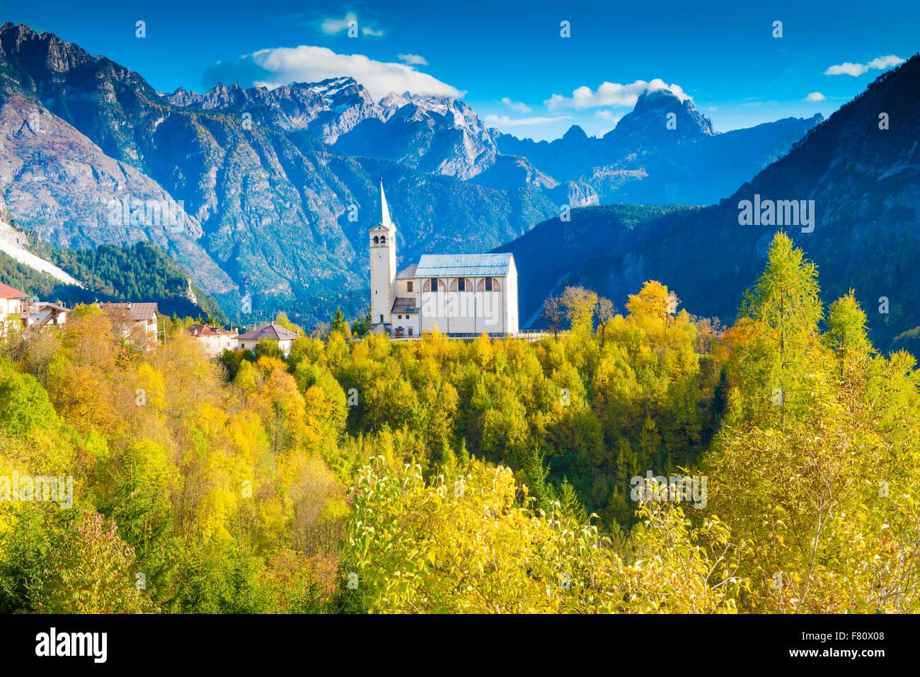 L'église et de la Dolomite Peaks, près de Cortina D'Ampezzo, Italie, Alpes Italiennes Photo Stock