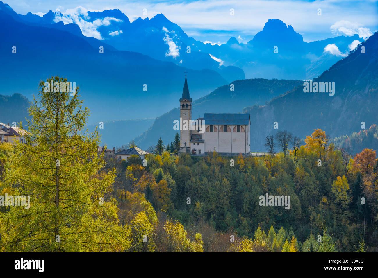 L'église et de la Dolomite Peaks, près de Cortina D'Ampezzo, Italie, Alpes Italiennes Banque D'Images