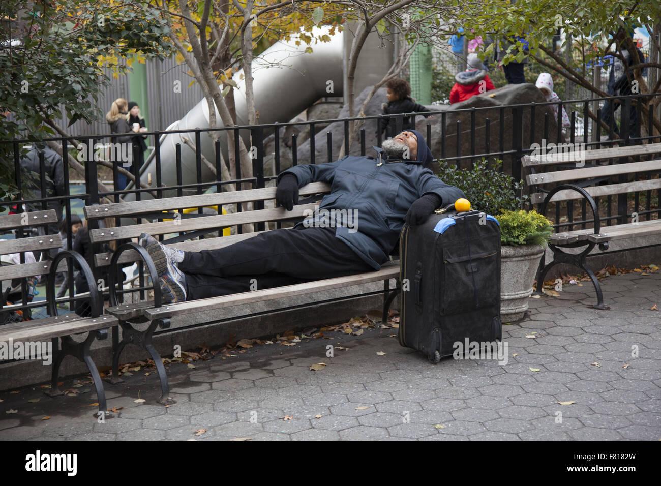 Lhomme Dort Sur Un Banc Dans Lunion Square Park Avec Sa Valise à