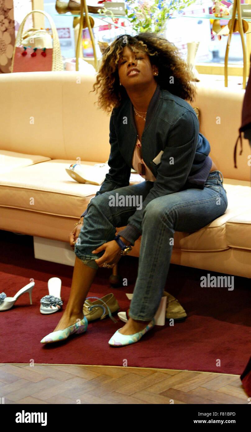 Singer Kelis dans Mistress acheter des chaussures à Londres 2002 (image de crédit© Jack Ludlam) Photo Stock