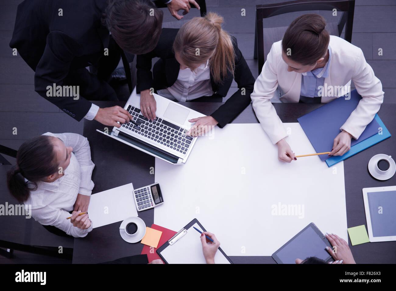 Travail avec des gens d'affaires, tasse de café, smartphone, tablette numérique, documents et divers objets de bureau Banque D'Images