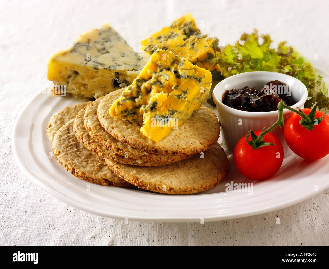 Fromage bleu & biscuits avec stilton stilton & blacksticks blanc, fromage. Servi sur un plateau Photo Stock