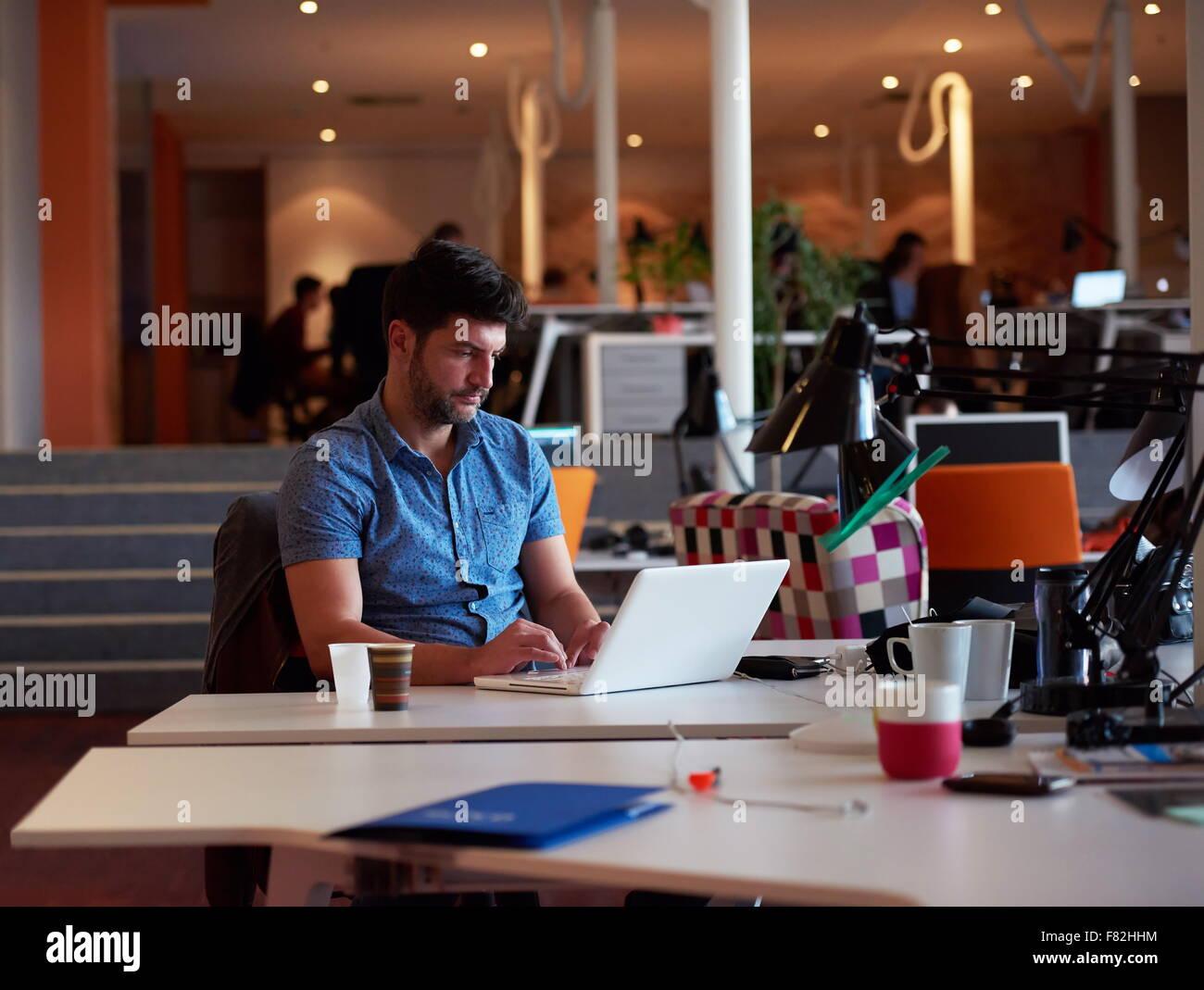Logiciel de démarrage d entreprise développeur travaillant sur