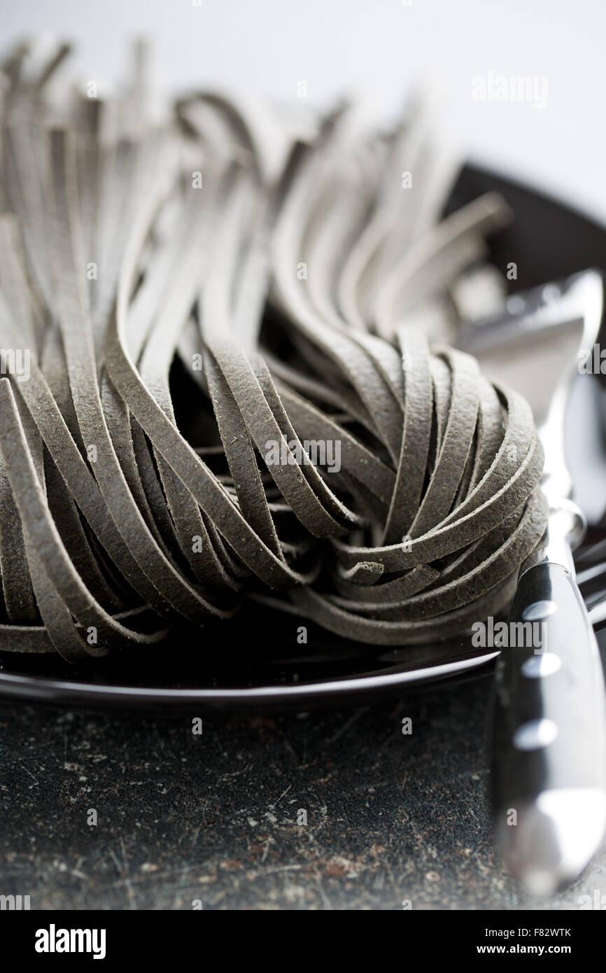 Nouilles crus noir avec squid encre sépia Photo Stock