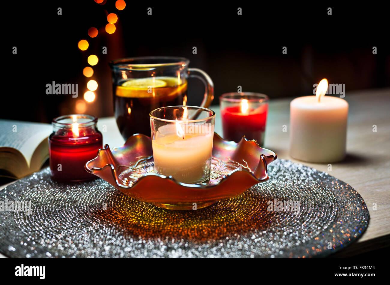 Bougies aromatiques,livre de poche et de thé au citron Photo Stock