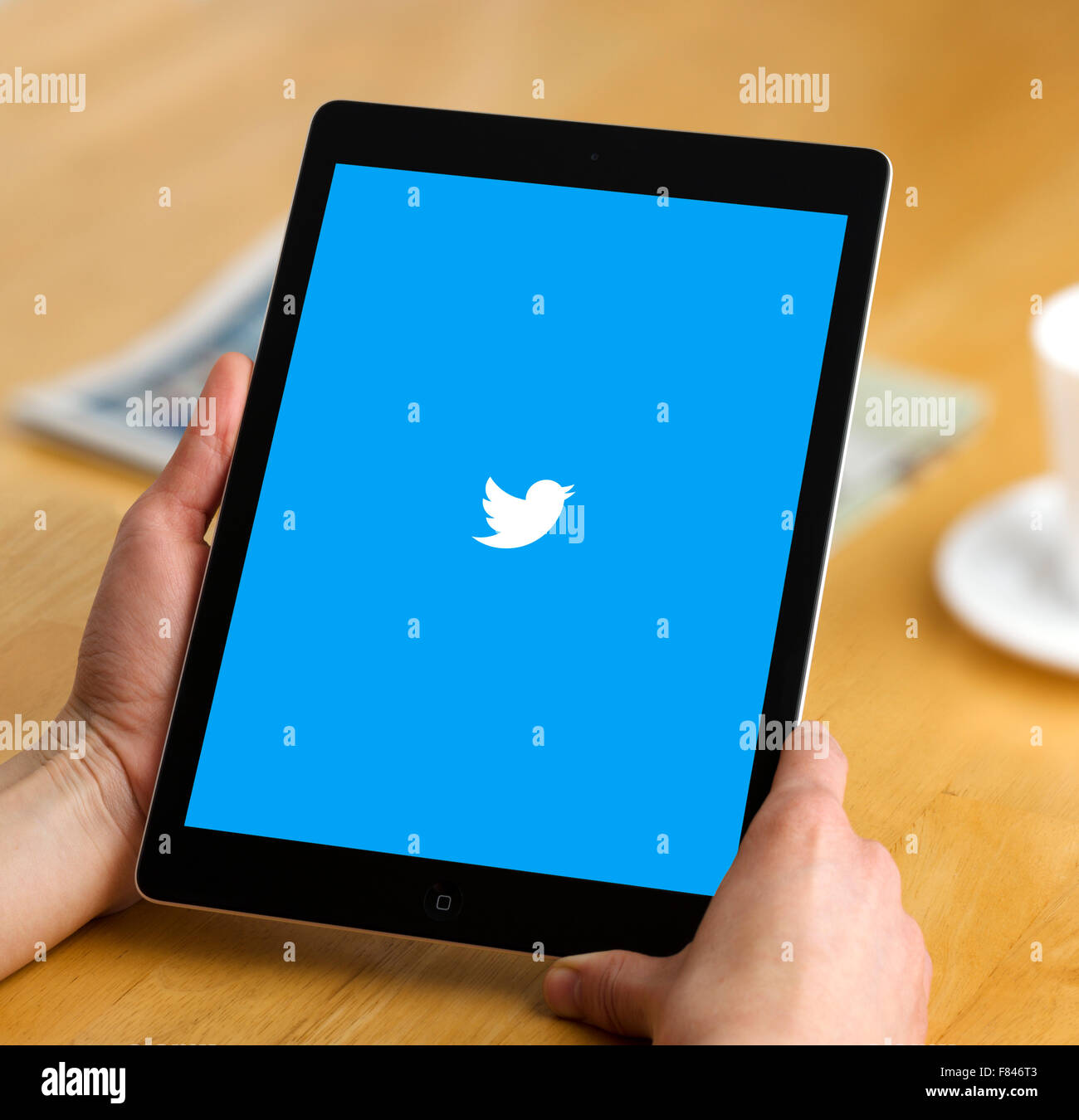 L'application Twitter vue sur un iPad Air Photo Stock