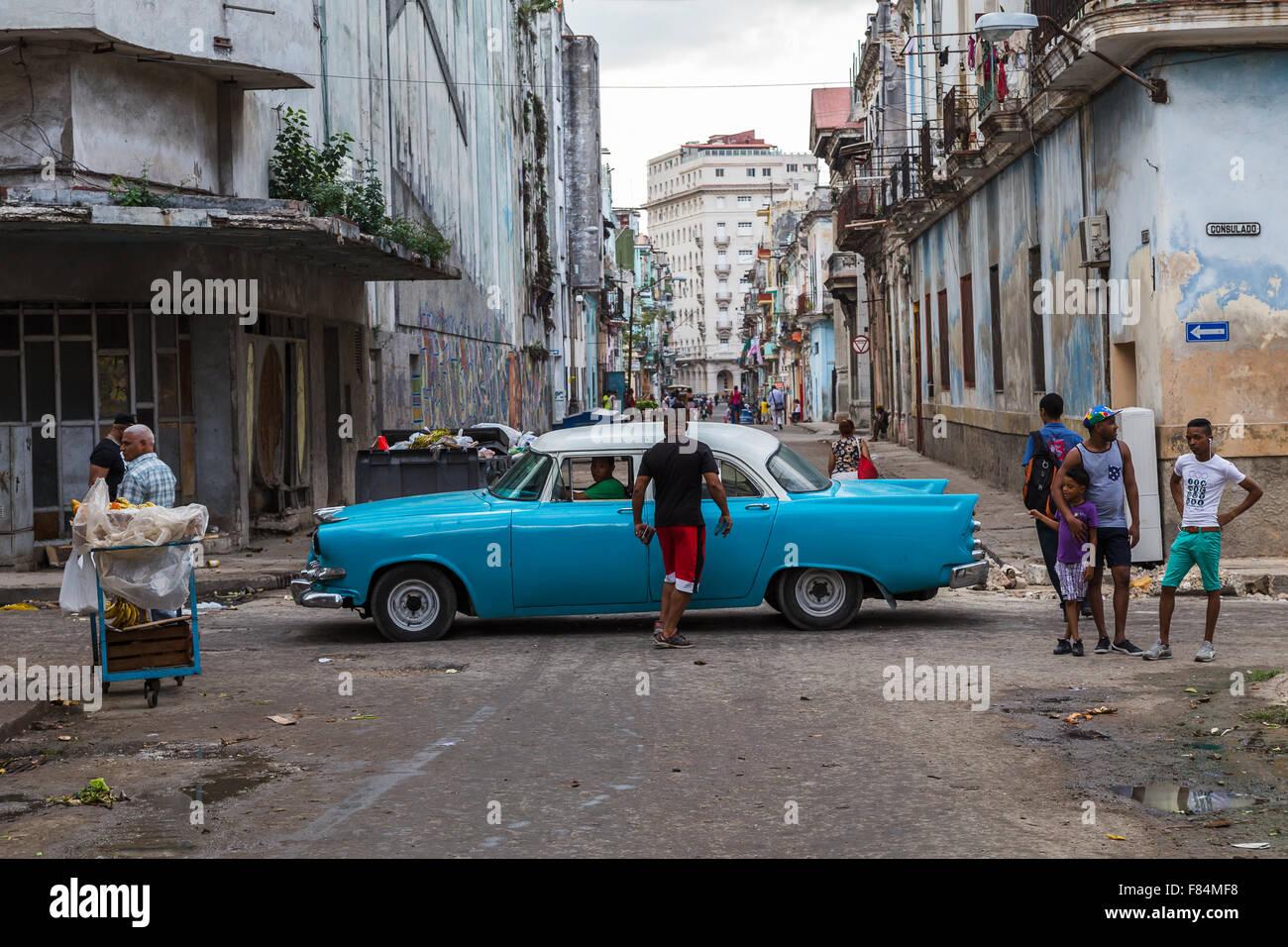 À la recherche sur la Calle Consulado à Cento La Havane, Cuba comme une voiture classique passe certaines Photo Stock
