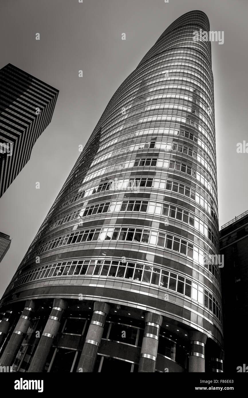 Le niveau de la rue vue sur le bâtiment rouge à lèvres postmoderne (par Philip Johnson et John Burgee) Photo Stock