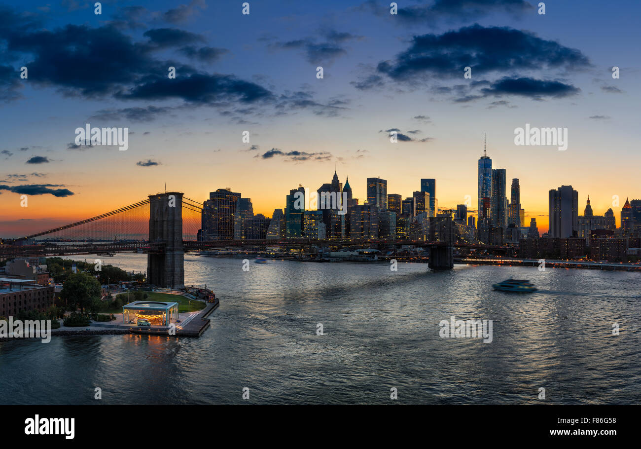 Portrait du pont de Brooklyn, East River, Lower Manhattan, des gratte-ciel et nuages au coucher du soleil. New York Photo Stock