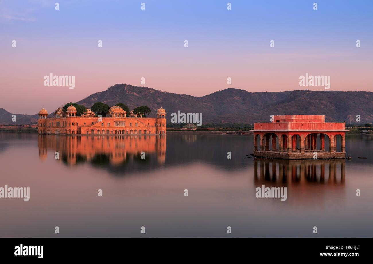 Jal Mahal Palace d'eau au coucher du soleil, Jaipur, Rajasthan, Inde Photo Stock