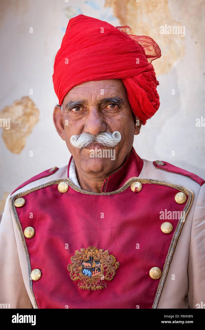 Portrait of a senior Râjasthânî avec un turban rouge, Fort Amber, Jaipur, Rajasthan, Inde Banque D'Images