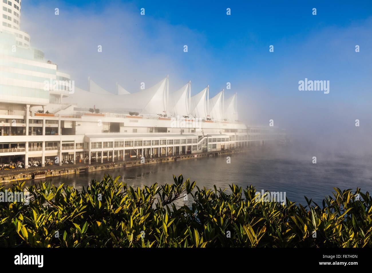 Canada Place Convention Center et station d'accueil des navires de croisière dans le brouillard au petit Photo Stock