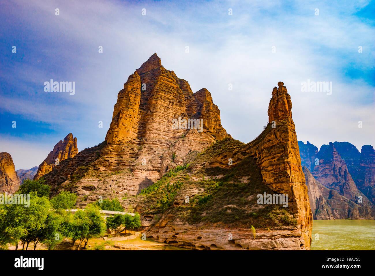 Fleuve jaune et pinacles, Chine, près de grottes Bingling Photo Stock