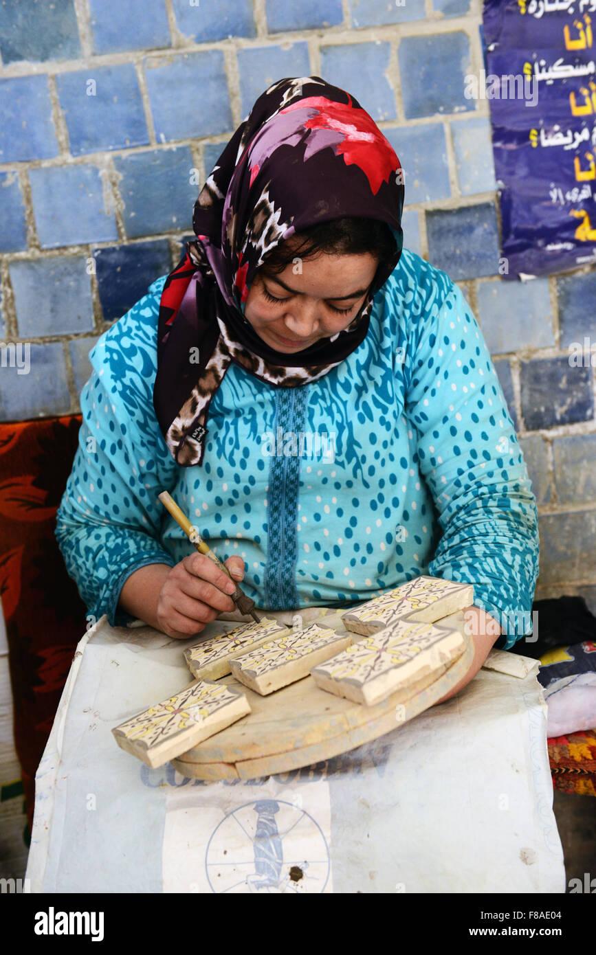 Une Artisane Marocain Peinture Sur Terres Cuites Pour Carrelage