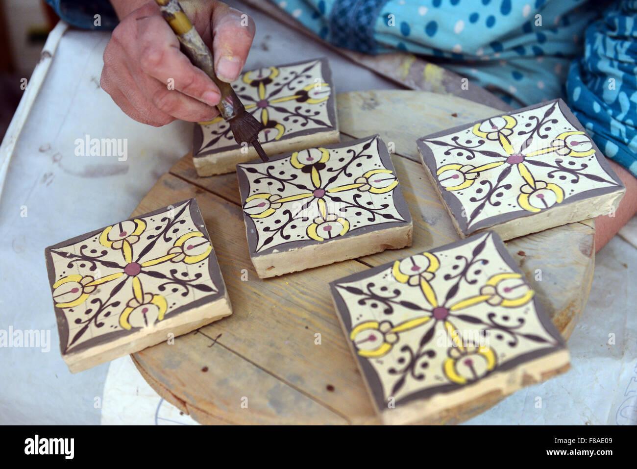Un Artisan Marocain Peinture Sur Terre Cuite émaillée Pièces Pour
