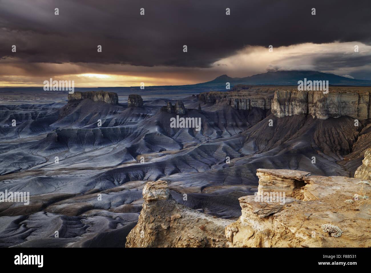 Donnent sur le paysage lunaire au lever du soleil dans le désert de l'Utah, USA Photo Stock