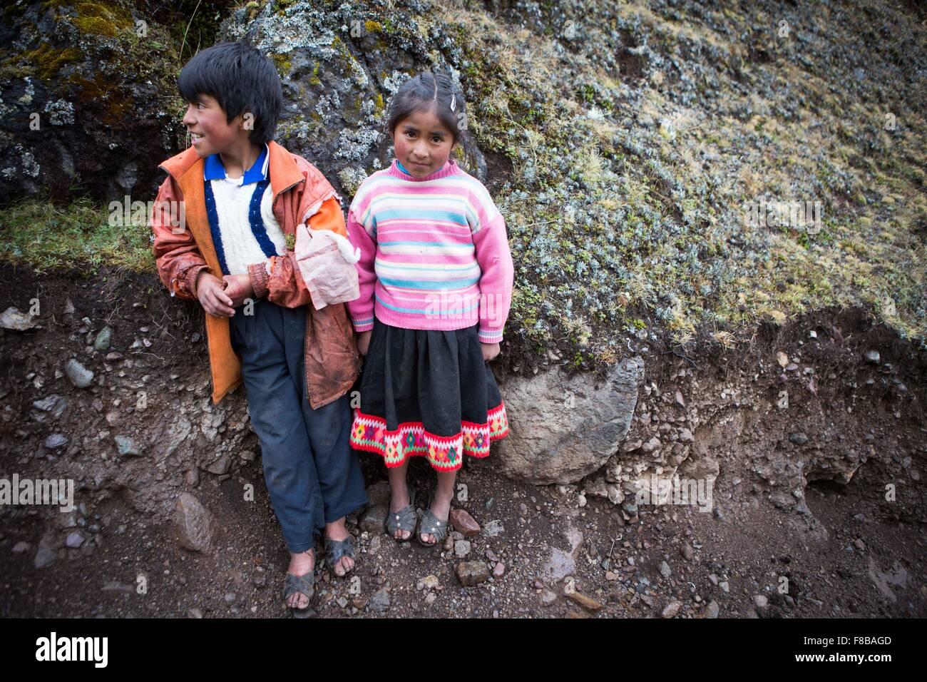 Les Lares District de Pérou. Un frère et une sœur rencontrés par le photographe sur un trek de Lares Photo Stock